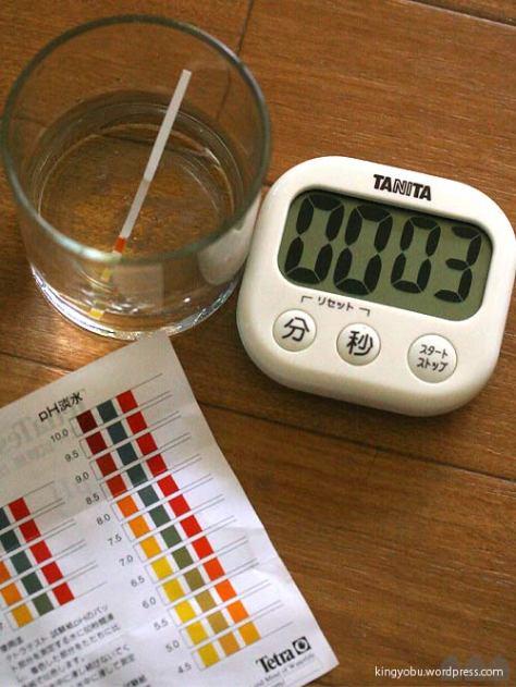 pHを測るのに流水はNGなのでグラスに入れて60秒後に読みます。邪魔臭いです。